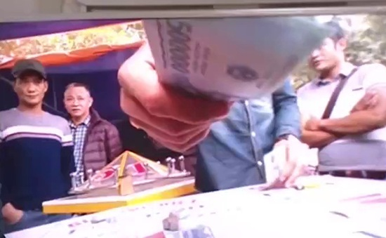 Cờ bạc bịp trước đền Đức Thánh Cả: Bất cập quản lý vùng giáp ranh