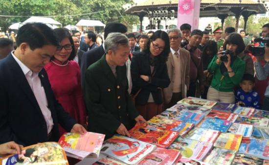 Tưng bừng khai mạc phố sách Xuân Đinh Dậu 2017 tại Hà Nội