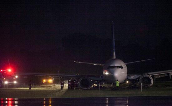Máy bay Indonesia chở 130 người trượt khỏi đường băng