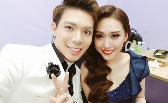 Cặp đôi hoàn hảo: Erik tình tứ cùng Hoa hậu Hoàng Kim ở hậu trường