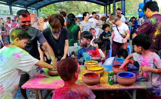 Giới trẻ hăng say hòa mình vào lễ hội sắc màu Ấn Độ tại Hà Nội