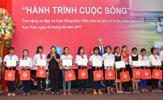 Hội Bảo trợ Trẻ em Kon Tum tặng xe đạp cho trẻ em có hoàn cảnh khó khăn
