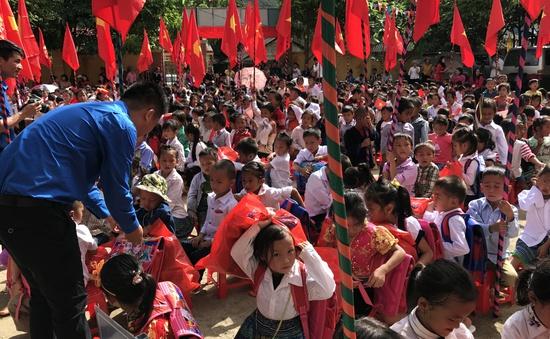 Món quà ý nghĩa dành tặng học sinh tiểu học Cao Phạ trong ngày khai giảng