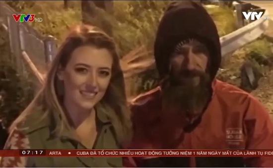 """Giúp đỡ cô gái trẻ, người đàn ông vô gia cư không ngờ mình nhận được món quà """"khủng"""" đến vậy"""