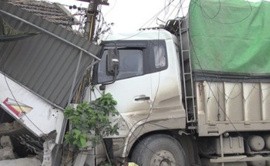 Nghệ An: Xe tải mất lái húc đổ nhà dân, 3 người thương vong