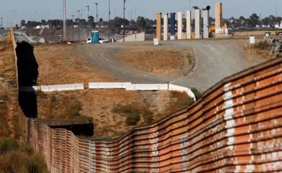 Mỹ giới thiệu bức tường biên giới mẫu giữa Mỹ và Mexico