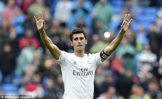 Cựu đội phó Real bất ngờ tuyên bố treo giày