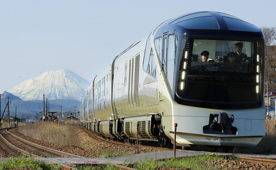 Thưởng thức siêu dịch vụ trên chuyến tàu siêu sang ở Nhật Bản