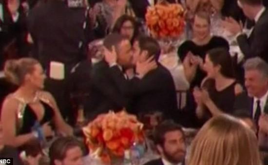 """""""Người Nhện"""" Andrew Garfield bất ngờ hôn đồng nghiệp nam trong Lễ trao giải Quả cầu vàng"""
