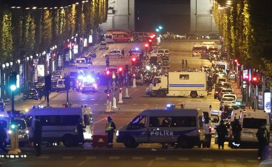 Hiện trường vụ tấn công ngay tại Đại lộ Champs-Elysees làm một cảnh sát thiệt mạng