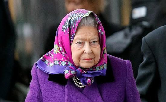 Nữ hoàng Anh xuất hiện nổi bật tại ga tàu với trang phục thời thượng