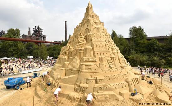 Chiêm ngưỡng lâu đài cát cao nhất thế giới
