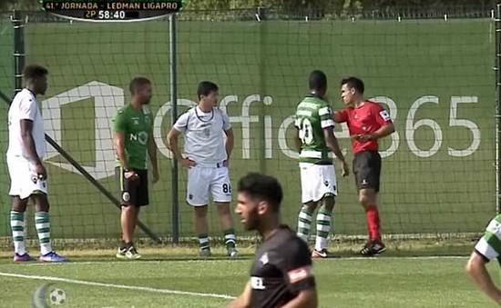 Bóng đá Bồ Đào Nha tạo ra một quả phạt điền siêu hiếm gặp