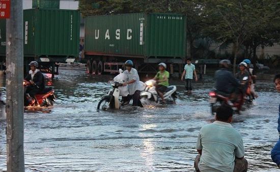 Mưa kéo dài 2 giờ, hàng loạt tuyến đường tại TP.HCM ngập sâu