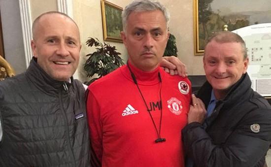 Mourinho được fan Liverpool xin chụp hình chung, cách phản ứng khiến mọi người chết lặng