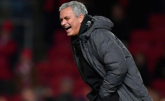 """Man Utd thành cựu vương, Mourinho đổ tại đối thủ """"gặp may"""""""
