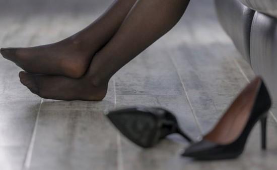 Anh xem xét không bắt buộc phụ nữ mang giày cao gót khi làm việc