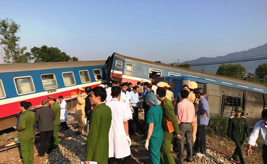 Tông mạnh xe ben, tàu hỏa trật đường ray làm 3 người thiệt mạng