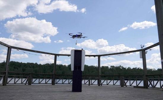 Drone mang đồ uống cho du khách trên bãi biển