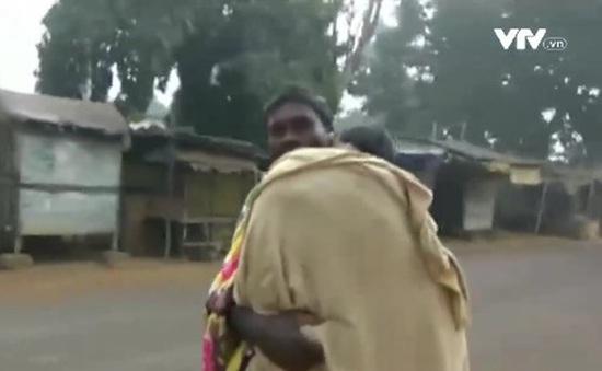Bệnh viện tắc trách, người cha phải cõng thi thể con gái 15km đi an táng