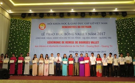 Trao học bổng Vallet đến học sinh, sinh viên nghèo hiếu học tại 3 tỉnh miền Trung