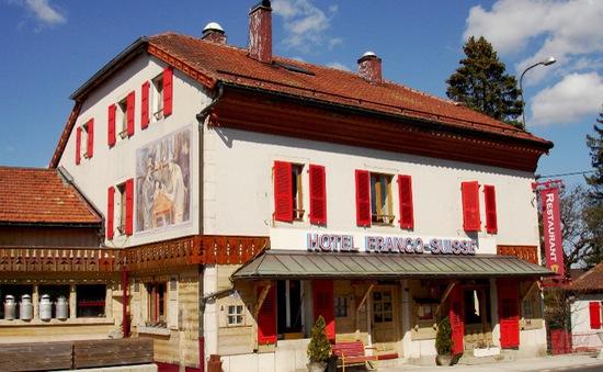 Trải nghiệm khách sạn đặt giữa hai quốc gia