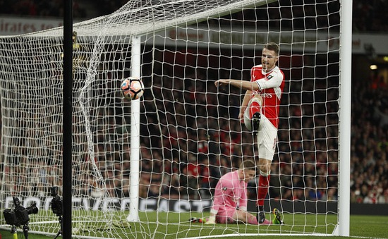 """Huyền thoại Man Utd kêu gọi Ramsey """"chốt"""" tương lai với Arsenal"""