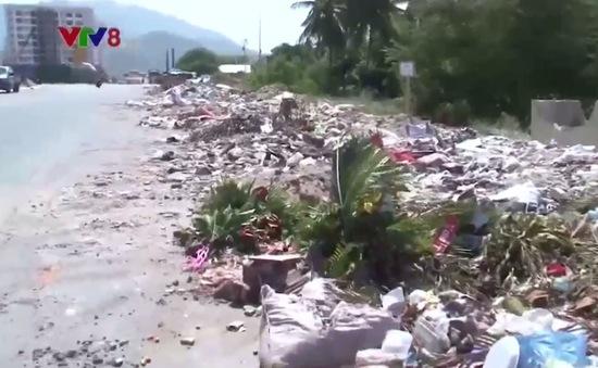Nhiều hộ dân TP. Nha Trang bức xúc vì bãi rác khổng lồ giữa khu dân cư