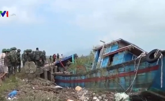 BĐBP Hà Tĩnh hỗ trợ ngư dân cứu hộ tàu cá mắc cạn sau bão số 10