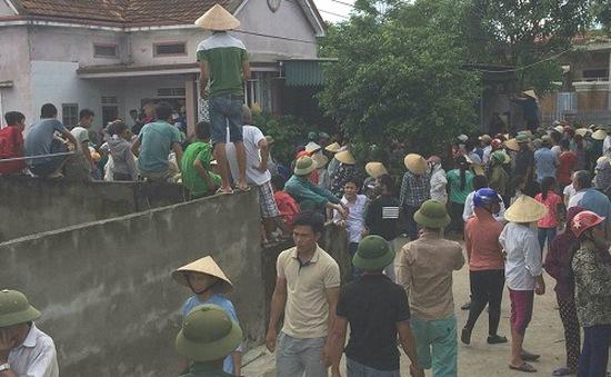 Giải cứu một phụ nữ nghi bắt cóc trẻ em bị người dân bao vây