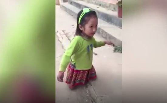 Nghị lực của cô bé dân tộc khuyết tật