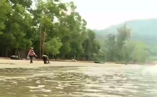 Cặp vợ chồng 7 năm tình nguyện nhặt rác ở bãi biển Đà Nẵng