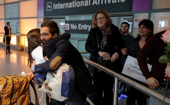 Mỹ bãi bỏ quy định cấm nhập cảnh, dù Tổng thống Trump phản đối