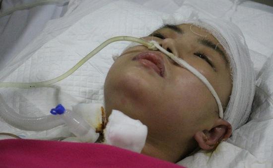 Bố mẹ nghèo van xin cứu cô con gái bị chấn thương sọ não