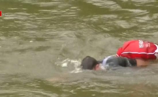 Chán nản vì tắc đường, một người Đức bơi đi làm hàng ngày