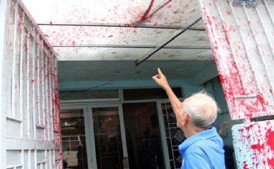 TP.HCM: Người dân kêu cứu vì bị tạt sơn, mắm tôm hàng chục lần
