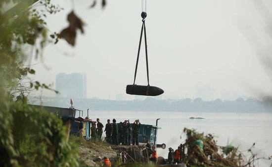 Quả bom trục vớt dưới chân cầu Long Biên vẫn còn kíp nổ