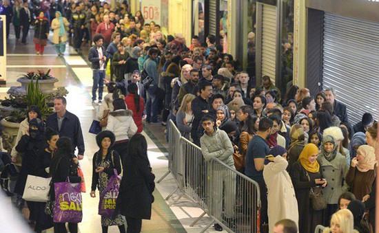 Không khí ngày mua sắm Boxing Day ở Anh