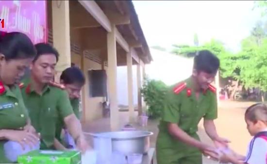 Việc tử tế: Bữa sáng cho học trò nghèo