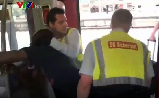 Hình ảnh cảnh sát kéo người đàn ông da màu khỏi tàu hỏa gây phẫn nộ