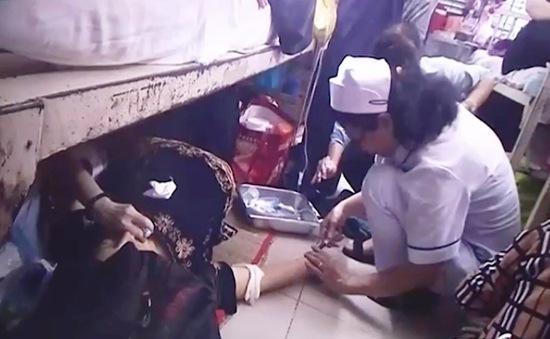 Bức ảnh y tá cấp cứu bệnh nhân trên sàn nhà gây bão MXH
