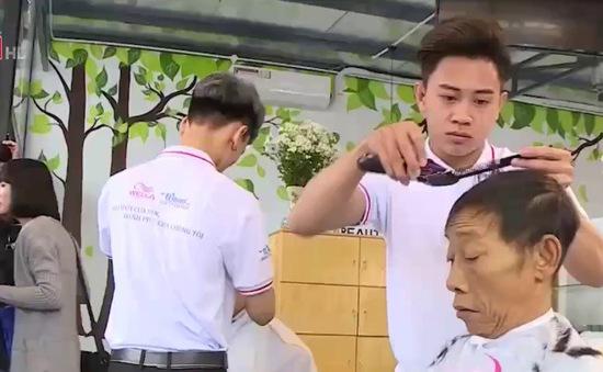 Mô hình cắt tóc miễn phí tại bệnh viện đầu tiên ở Hà Nội
