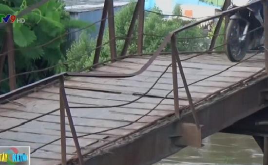 """Người dân Bạc Liêu """"run rẩy"""" khi qua cầu sắp sập"""