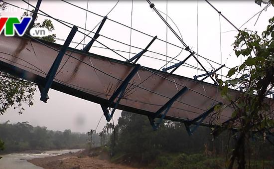 Đứt cầu treo, một học sinh Quảng Nam bị nước cuốn trôi mất tích