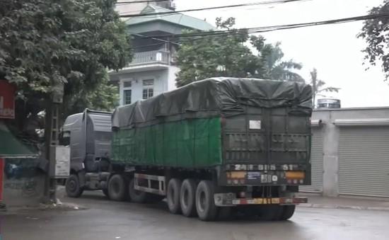 Hàng loạt xe quá tải ngang nhiên chạy nườm nượp giữa phố