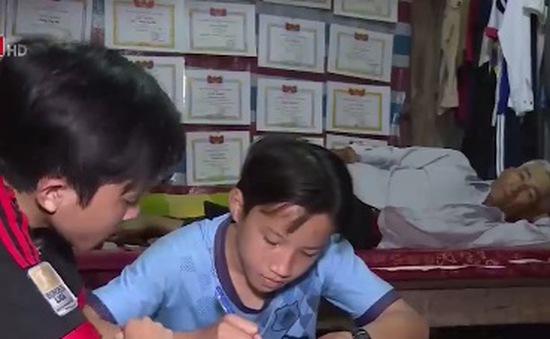 Cảm động cảnh cha nghèo nuôi hai con ăn học