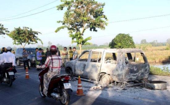 Cháy xe ô tô nghiêm trọng ở Hậu Giang, 3 người bị bỏng nặng