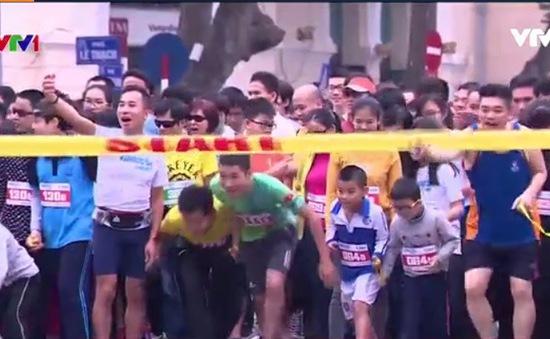 Gần 1.000 người tham gia cuộc thi chạy cùng người khiếm thị