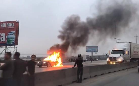 Ô tô con bốc cháy ngùn ngụt trên cầu vượt Hoằng Hóa, Thanh Hóa
