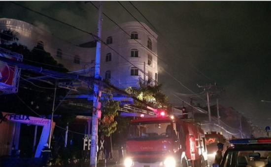 Giải cứu 7 người mắc kẹt trong đám cháy quán karaoke ở TP.HCM